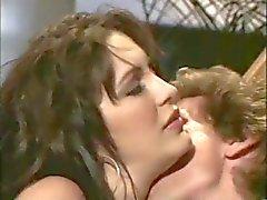 Reizvolles brunette babe wird gefickt und erhält ein schönes Gesicht