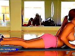 Keisha_Teen aficionada se estiramientos y nos muestra sus tetas