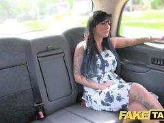 Fake Taxi-Massage endet in riesigen Gesichts-nach Fick-Session