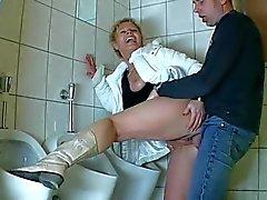 De MILF do auf der Toilette gebumst