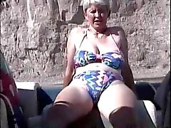 Poilues britannique d'âge mûr La masturbation dans le canot