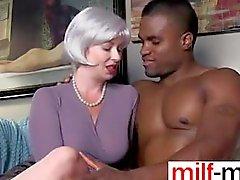 Секси милф обольщает черно стержень