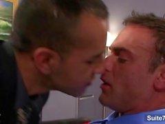 Непослушный геев облизывают And Fuck ослов на производстве