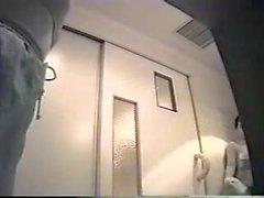 hidden cam in der Umkleidekabine einer japanischen öffentlichen Dusche