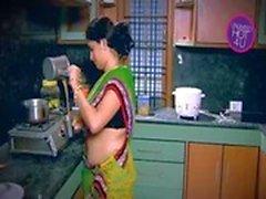 Indischer Hausfrau Tempted Junge Nachbar Onkel bei Küche (Low)