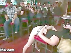 Tetas gordas Rubia follada en taburete de barra públicas