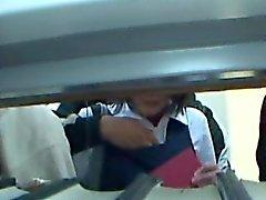 Junges Schulmädchen tappte Sie in einer Bibliothek
