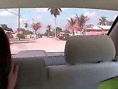 Zweier Brunetmädchen Mädchen sucking dick im Auto