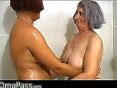 BBW avó cinza bochechudo com o anciã madura em banheira
