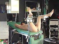 Meesteres gekleed in latex heeft haar slaaf vastgebonden en electro schokken zijn noten