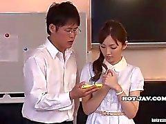 Der japanischen Frauen masturbierte mit wunderschönen Massage Mädchen an kitchen.avi