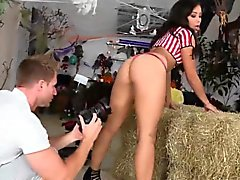 Twerking adolescente de ébano para tragar corridas después del acto sexual