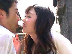 amador Asian dá uma chupada ao ar livre