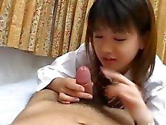 chinees schoolmeisje geeft een blowjob