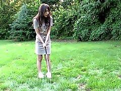 Angelägna om brunett kärlekar att suga hard cock vid golfbanan