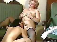 gordinha loira avó com o bichano peludo