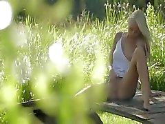 Блондинка модель из Германия Швеция прикасаясь клитору