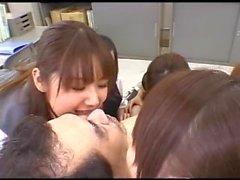 Gruppe von Mädchen küssen Fanatiker