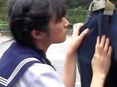 Ragazza giapponese succhia due sconosciuti sulla via pubblica