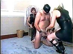 humiliations et flagellation strict des homme esclave