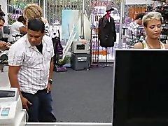 Lyhyellä babe SL kusessa kun hänen BF vartioi tienata rahaa