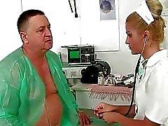Grandpa чертовски писает на молодой врач