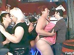 Vette kuikens hebben plezier in de bar