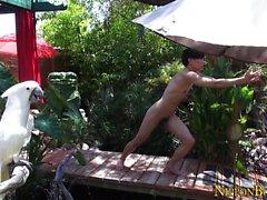 Gay asian делает обнаженную йогу