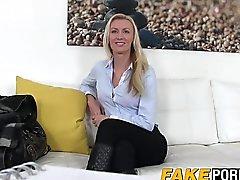 Stunning bir sarışın Anastasia casting ajanlarca sert horoz gereken