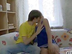 Gulligt rysk teenie slickad efter skolan