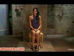 Slave BDSM lésbica Interacial Caned em Bondage