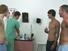 Assombroso cena de gays Hoje em dia a um grupo de camaradas param junto à clínica que quer