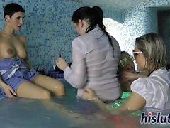 Inverse session de partouze dans la piscine