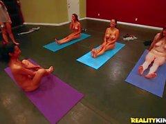 леди делают обнаженного йоги на кулачком заработать немного денег