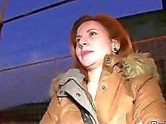 Halkla arabada banged çekçe kızıl saçlı