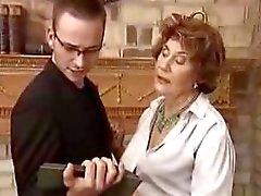Deutsch Baroness verführt ihre Begleiterin