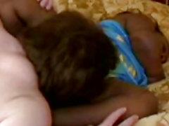 Крошечная эбен инвалидом всасывает густой белой петух и получает закачивается