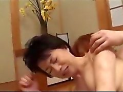 Reife Frau immer ihre Hairy Pussy gefickt von jungen Typ Sahnetorte Auf Den Matratze im Zimmer