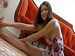 Cute brunette Narida is poseren en dan doet een striptease op cam