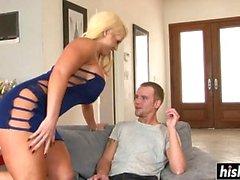 Blonde Alura braucht einen langen Schwanz
