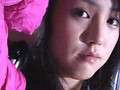 Can sıkıcı göğüslü göz kamaştırıcı Japon kızında tatma yapan bir adam var