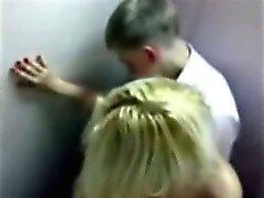 Schattige blonde tiener gevangen neuken in de badkamer op prom