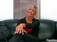 Schattige blonde casting meisje wordt geneukt