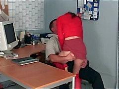 Sexo escritório com a porra de um secretário petite em pura meias vermelhas