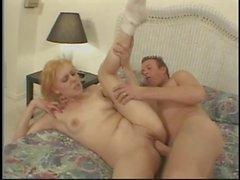 Kurzhaarige carrot oberen Teen mit geilen Titten durchgefickt Doggy auf Hotelbett