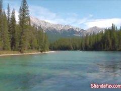 Shanda Fay baise dans les grands extérieurs canadiens!