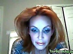 Heiße Rothaarige Mütter zu gelegen Brüste spielt einen mit ihrer Pussy