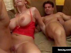 Reine du porno Sara Jay prend 3 Big Cocks in Her Wet Ass & Cunt!