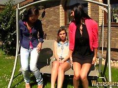 Weird klädd lez peeing