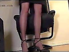 Hidden cam aufgezeichnet Sekretär in Strümpfen unter dem Schreibtisch